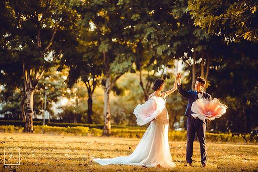台中文心森林公園黃昏夕陽草地婚紗攝影
