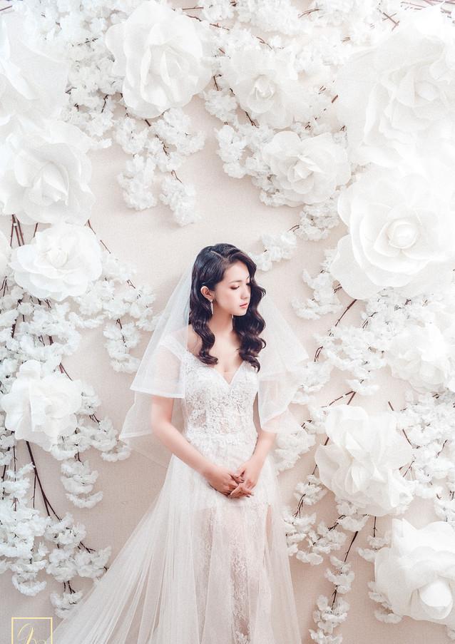 白色花牆婚紗獨照