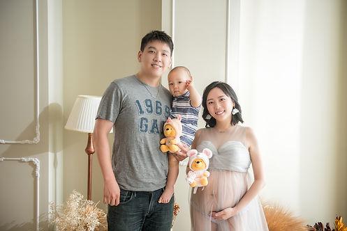 台中孕婦寫真推薦之寶寶玩偶入鏡孕婦寫真全家福拍攝