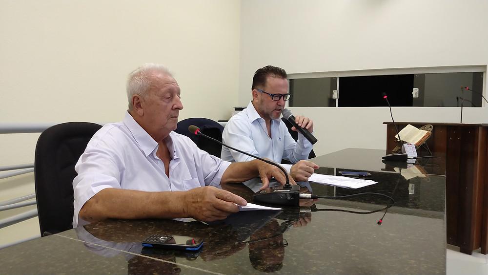 O presidente do Sindicato, José Luis Francisco, explica ao presidente da câmara a proposta para incluir os aposentados