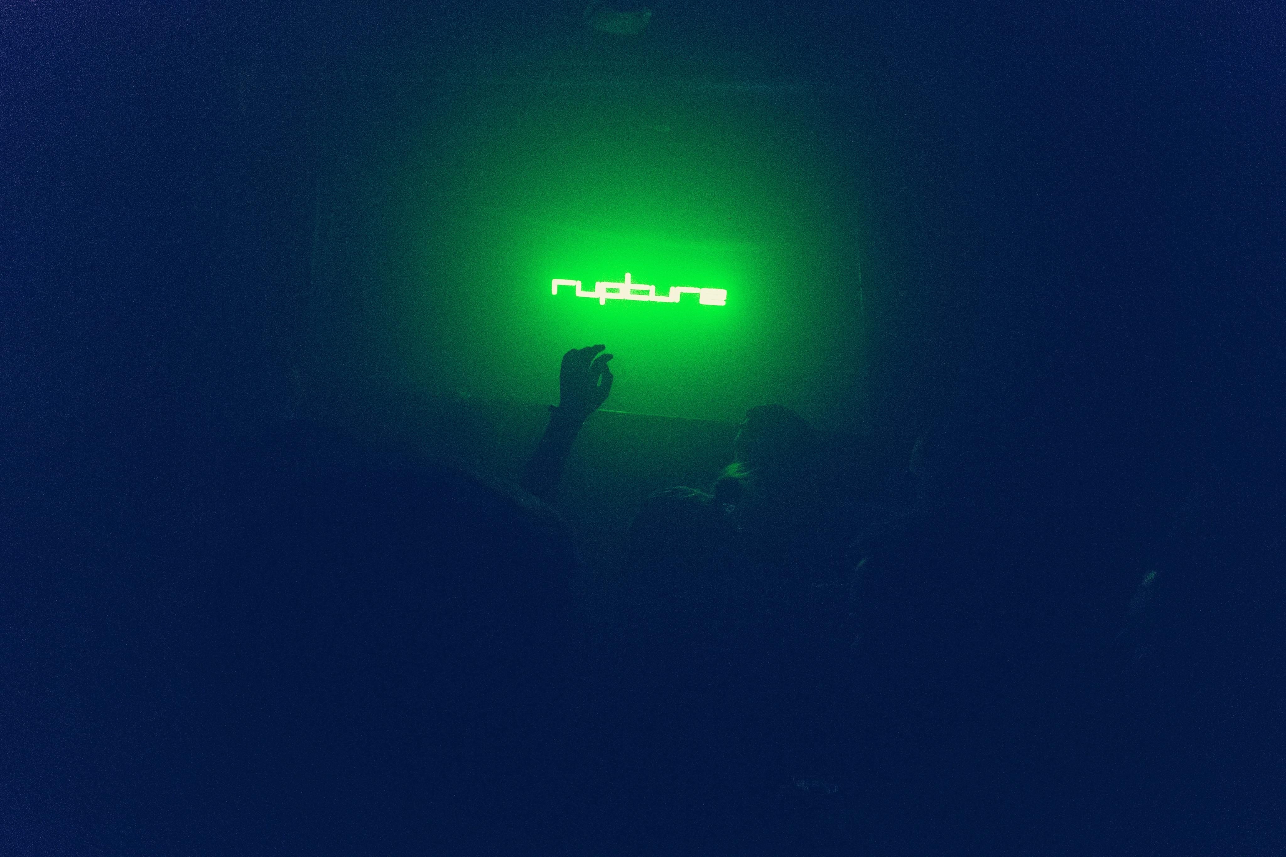 Rupture crowd NEON