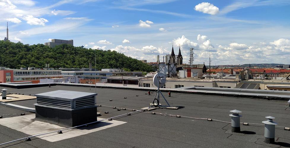 Plochá střecha bytového domu v Praze