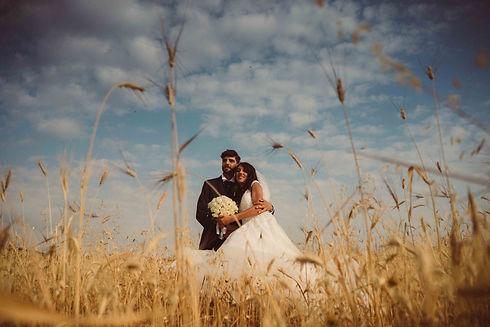 Sposi in un campo