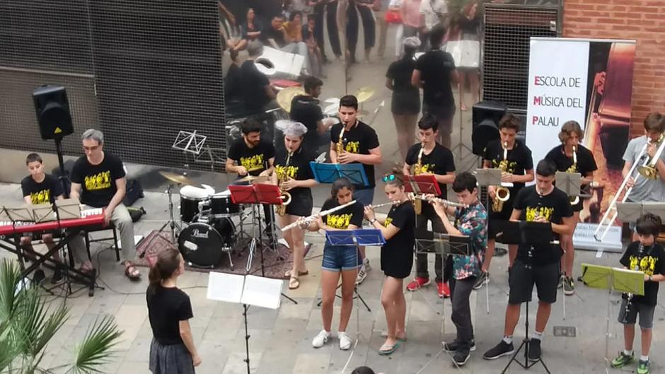 Les agrupacions COMBO SÀPIENS i DESCORDA'T baixen a tocar al carrer