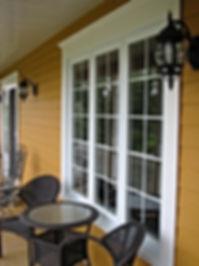 fenêtre, window, revêtement extérieur, porte. garage. rampe. garde-corps, gallerie, colonne