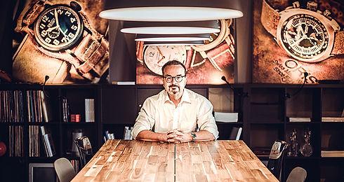 Bernhard an Tisch.jpg