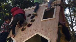 お父さんたちが作った三角小屋、大人気!