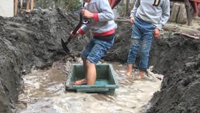 「大きな川に船を浮かべたい!」という子どもたちの遊びの様子
