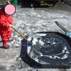 Mops, water and bubbles are such fun. And the big movements are good for developing our muscles!