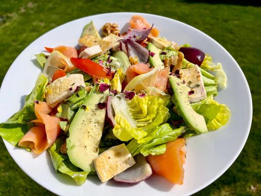 Bunter Blattsalat mit rote Zwiebel, Paprika, Bohnenkas, Avocado und Lachs ❤️