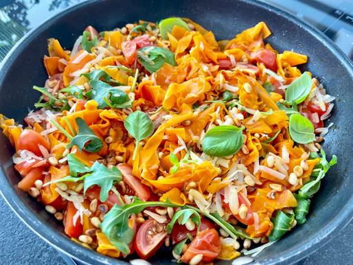Karotten-Tagliatelle mit Tomaten, Ruccola, Parmesan und gerösteten Pinienkernen ❤️