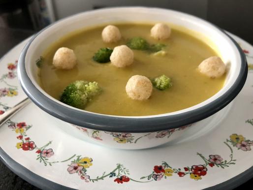 Brokkoli-Creme-Suppe mit Erbsenbällchen
