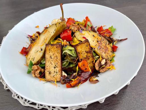 Bunter Salat mit karamellisierten Birnen und Tofu ❤️