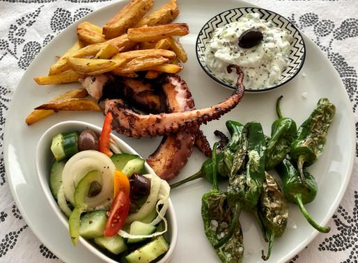 Gebratener Oktopus - Pimientos - griechischer Bauernsalat - Tsatsiki und Pommes