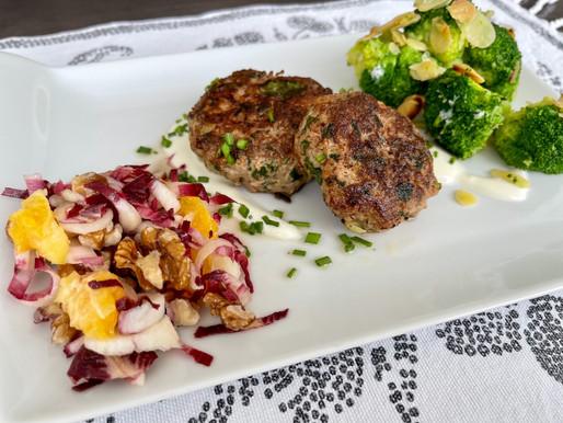 Faschierte Laibchen mit Mandel-Brokkoli und Orangen-Nuss-Chicorée