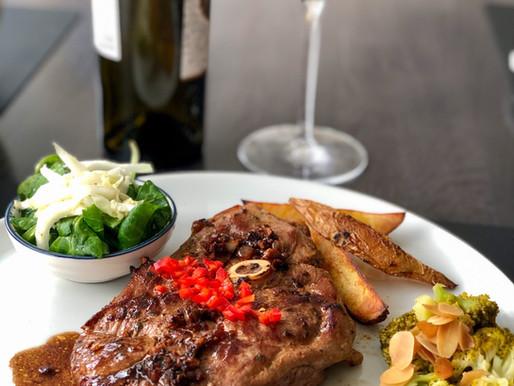Lammschlögel-Steaks mit Wedges und Mandel-Brokkoli