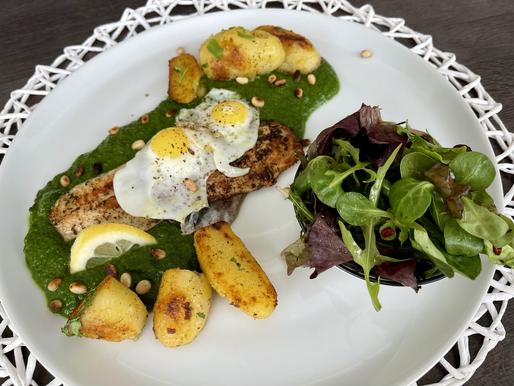 Creme-Spinat mit Wachteleier und Fischfilet