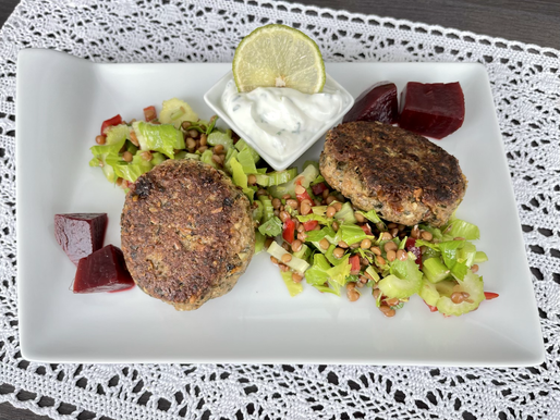 Dinkel-Kräuter Burger auf Linsen-Sellerie-Salat