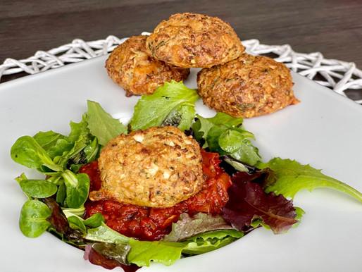 Knusprige Karfiol-Laibchen auf Tomatenragout (low carb, glutenfrei)