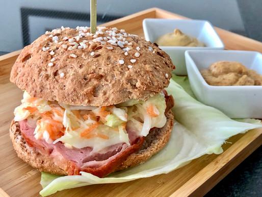 Mühlen-Hof-Leberkäs-Burger mit Coleslaw