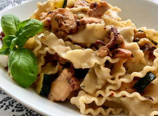 Pasta mit Oktopus, Zucchini und Mozzarella