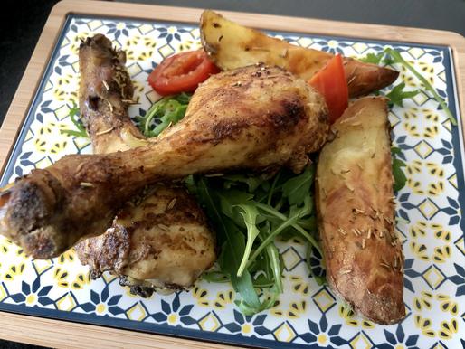 Mediterran gebratene Hühnerkeulen mit Wedges