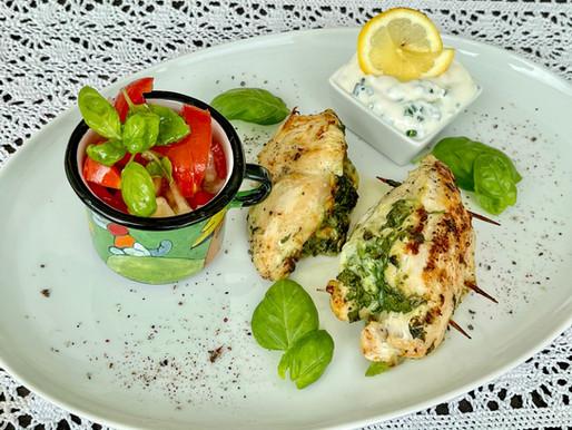 Gefüllte Hühnerbrust mit Tomatensalat & Schnittlauch-Dip