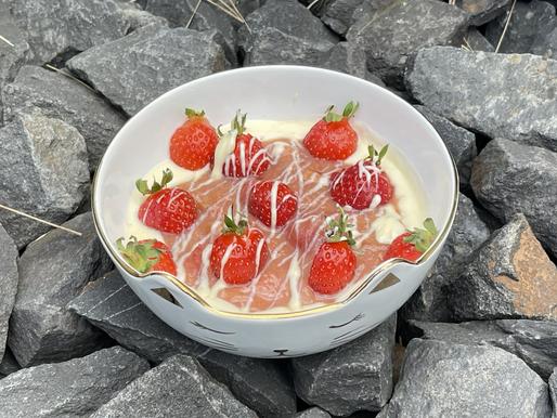 Karamellisierter Rhabarber-Erdbeeren mit Vanille-Joghurt und weißer Schokolade 🍓(low carb)