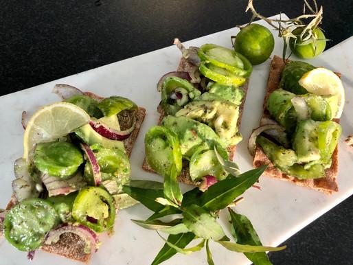 Grüne Zebra-Tomaten in Symbiose mit der  Avocado ❤️
