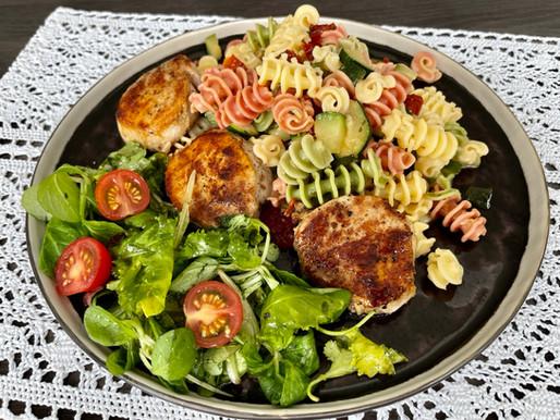 Filet mit Kokos-Zucchini-Tricolore & grünem Salat