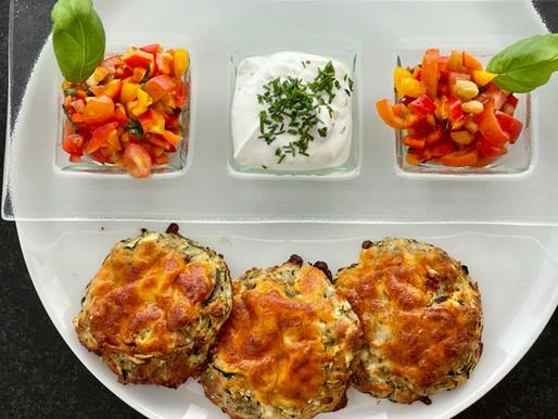Zucchini-Mozzarella Laibchen mit Tomaten-Salsa und Schnittlauch-Sauce