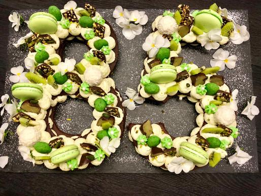 Frühlingshafter Number-Cake mit essbaren Blüten. Ein Highlight für Auge und Gaumen!