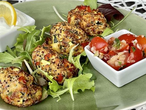 Quinoa-Gemüse-Nuggets mit Knoblauch-Dip und Tomatensalat
