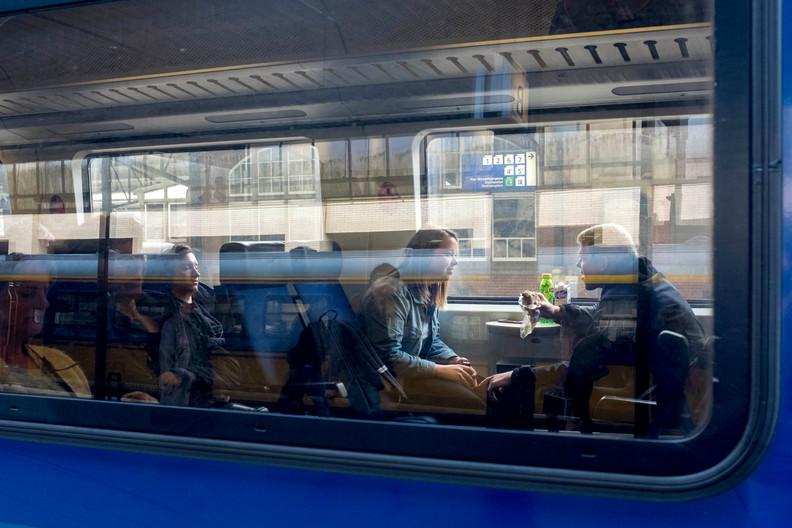 """""""De eerste maanden ging ik elk weekend naar Enschede. Dat is wel minder aan het worden. Doordeweeks chillde ik dan hier in Utrecht en in het weekend kon ik m'n vrienden daar zien. Maar het is toch lastig, vriendschappen veranderen. En zij moeten ook af en toe hier naartoe komen, anders werkt het niet."""""""