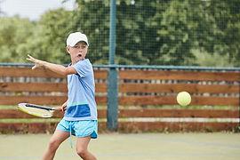 little-boy-playing-tennis-P5684YT.jpg