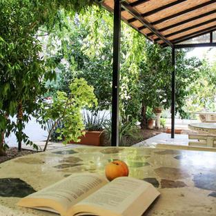 Bahçede oturma alanı