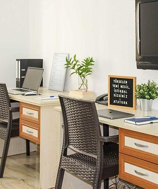 mimis-place-1+1-desks.jpg