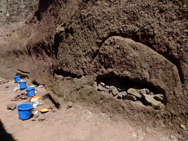 Excavating a niche burial in the inner compound at Gännätä Maryam, 2017. Note the incised marking above the niche