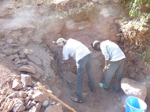 Removing the earth slip at the edge of the 'platform' at Gännätä Maryam, Nov. 2014