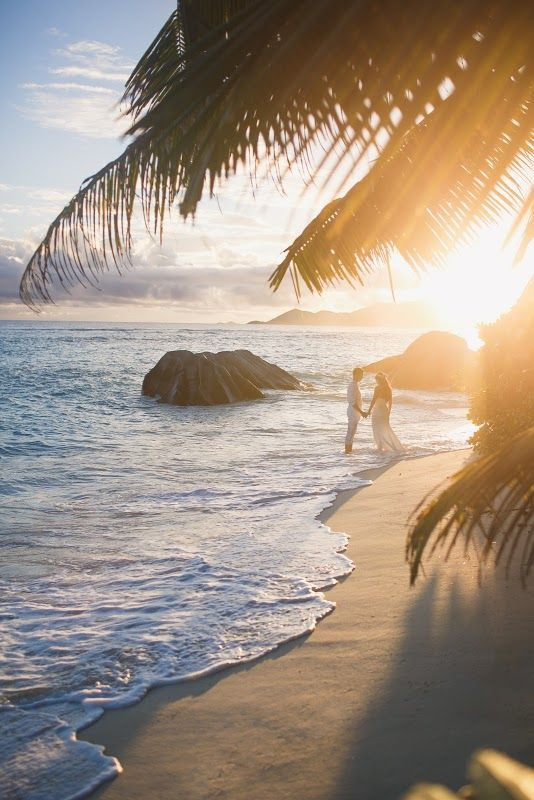 se marier à l'étranger, se marier sur la plage, jeunes mariés sur la plage, cérémonie de mariage, secret wed, organisation de mariage à l'étranger