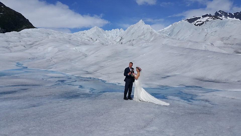 mariage original, mariage à l'étranger, mariage de destination, destination wedding, organisation de mariage à l'étranger, wedding planner, se marier dans un glacier, sur la banquise, secret wed