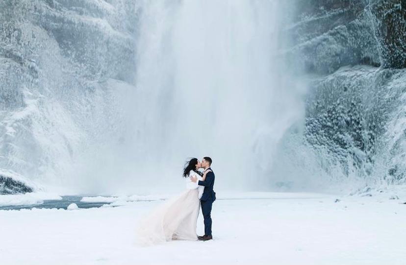 Mariage intimiste en Islande devant une cascade