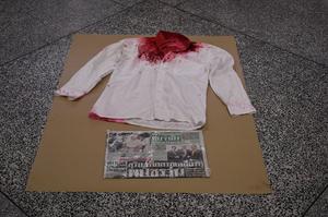 (ภาพเสื้อจำลอง ของจ่านิว หรือ สิรวิชญ์ เสรีธิวัฒน์ นักกิจกรรมทางการเมืองที่ถูกทำร้ายร่างกายอย่างรุนแรง เมื่อวันที่ 28 มิถุนายน 2562)