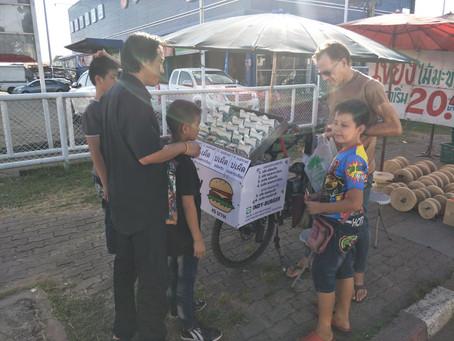 คนบ้านใด๋ (Human of Isaan) : วิน & จิมมี่ วาลราเวนส์ พ่อลูกขายเบอร์เกอร์หลังอานจักรยาน