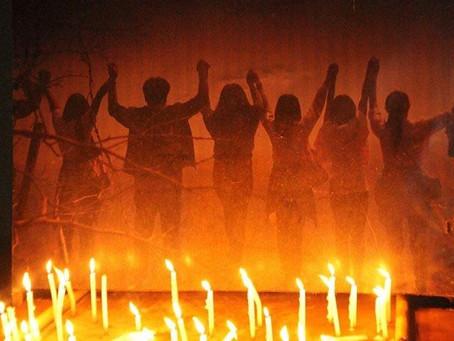 นศ.ม.ราชภัฏสกลฯ จุดเทียนส่องสว่างความยุติธรรมเหตุยุบพรรคอนาคตใหม่