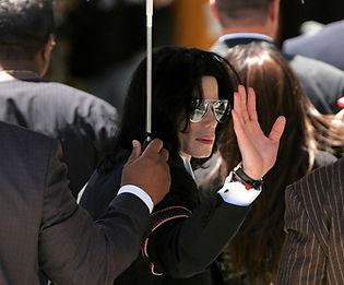 מייקל ג'קסון בבית המשפט.jpg