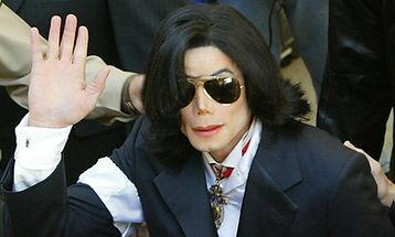 מייקל ג'קסון בבית המשפט 2004.jpg