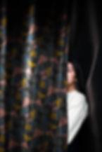 Mädchen hinter einem Vorhang