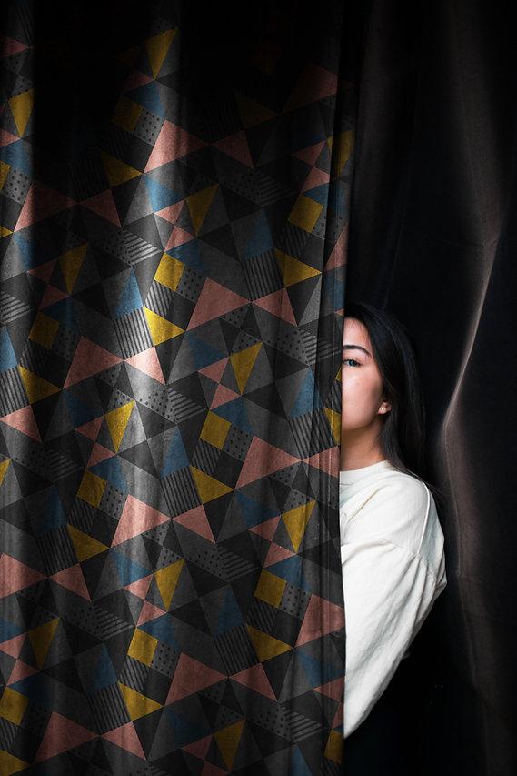 Chica detras de una cortina