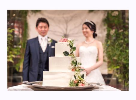 バラのシロップでウェディングケーキにカラードリップ